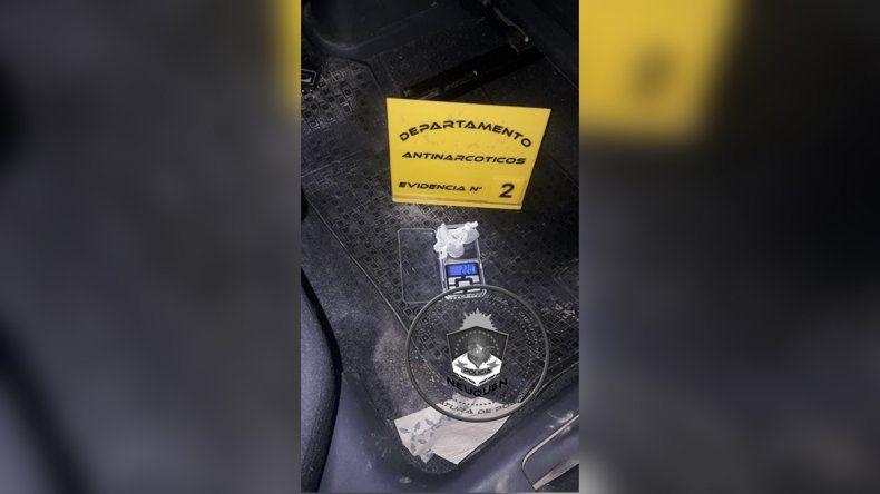 Atraparon a cuatro jóvenes que repartían droga con el auto