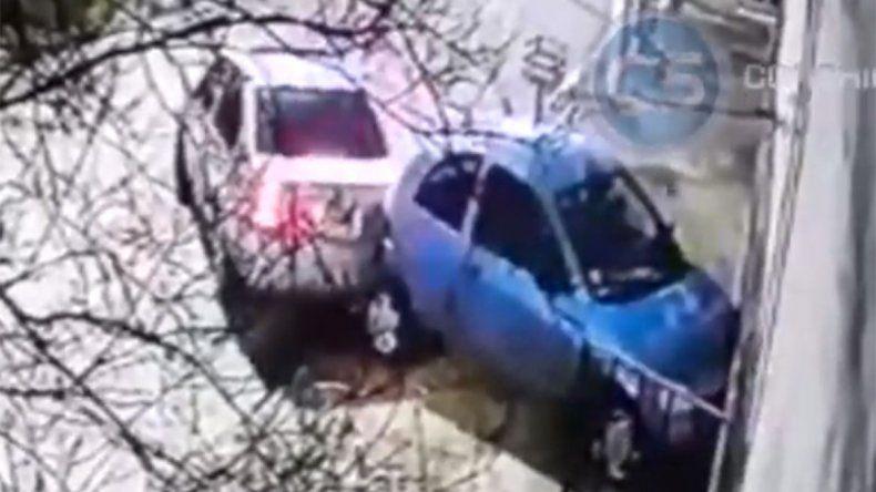 Violó la perimetral y destruyó el auto y el frente de la casa de su ex