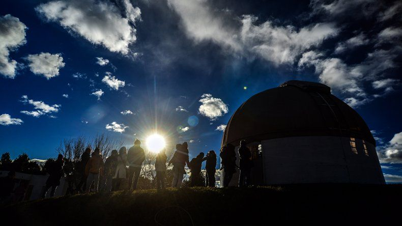Por el eclipse de sol, el Parque Norte se copó de curiosos