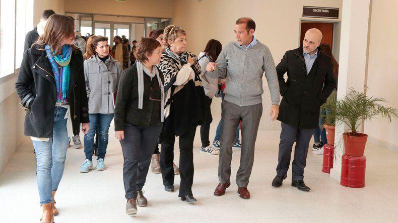 Gutiérrez visitó escuelas de Neuquén y Centenario