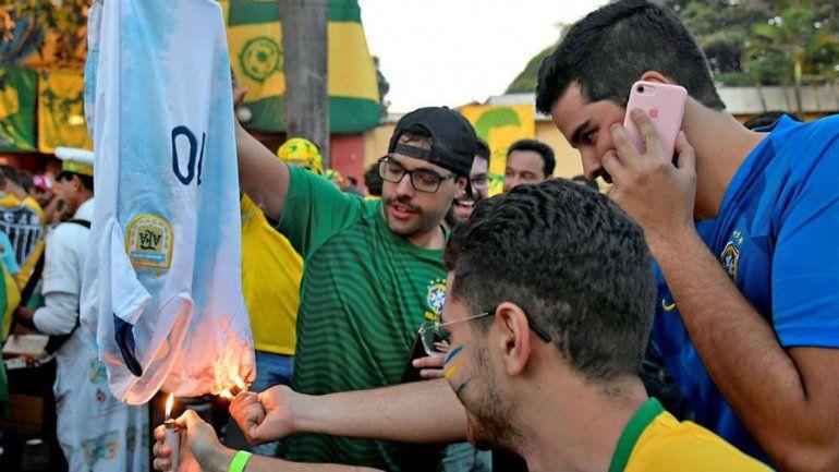 Indignante: brasileños quemaron la camiseta argentina en la previa