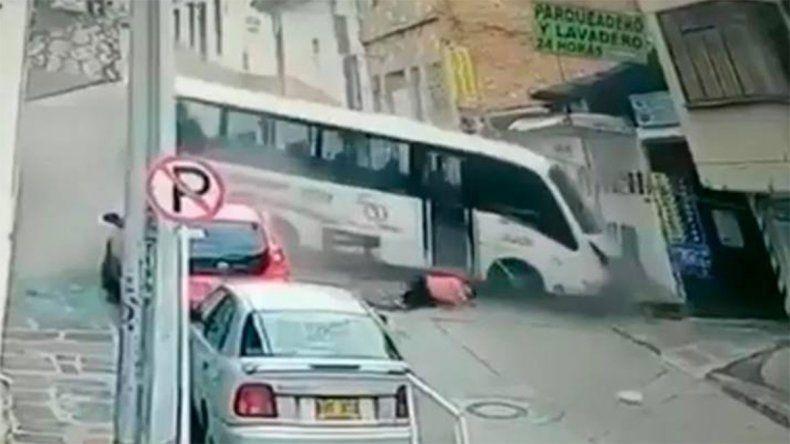 Impactante video: Un micro se quedó sin frenos y despidió a una persona que se salvó de milagro