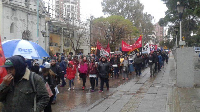 Organizaciones marchan por el centro en reclamo por trabajo