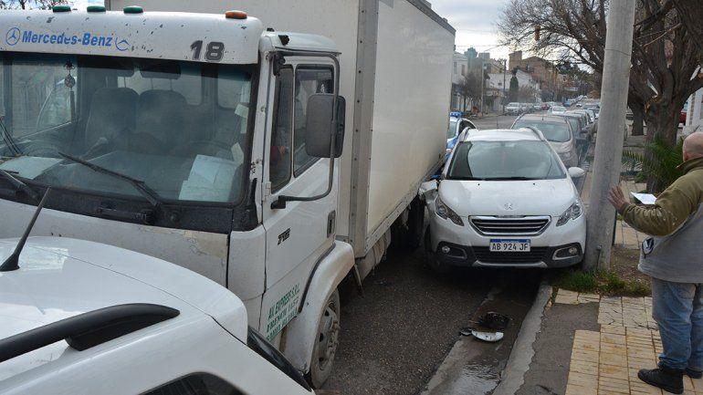 Camionero se quedó sin frenos y chocó dos autos