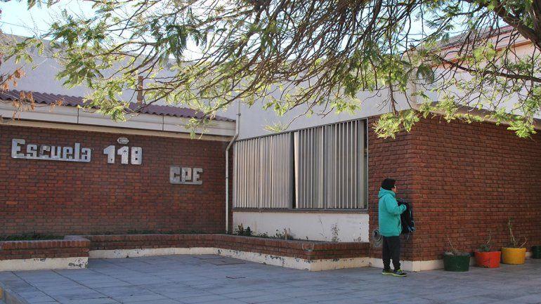 Escuela 118: ante la falta de porteros, las docentes tienen que limpiar