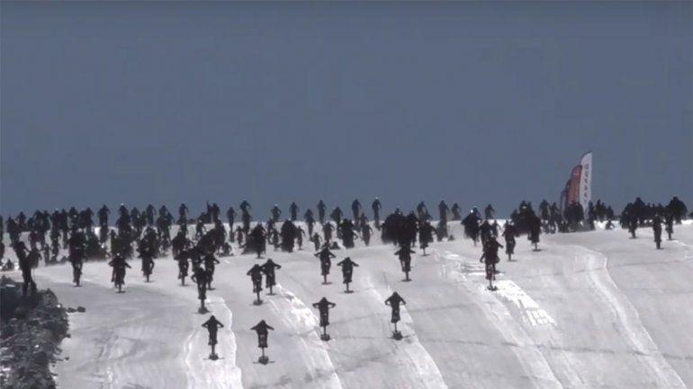 Mirá cómo caen decenas de ciclistas en un espectacular accidente