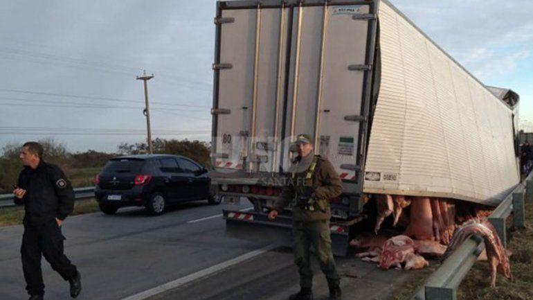 Vecinos vaciaron un camión averiado y cargado con medias reses de cerdo
