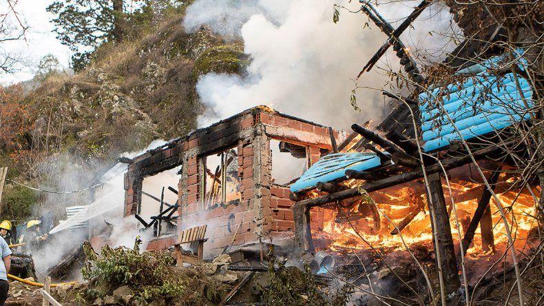 Una familia perdió todo tras feroz incendio de su casa en San Martín de los Andes