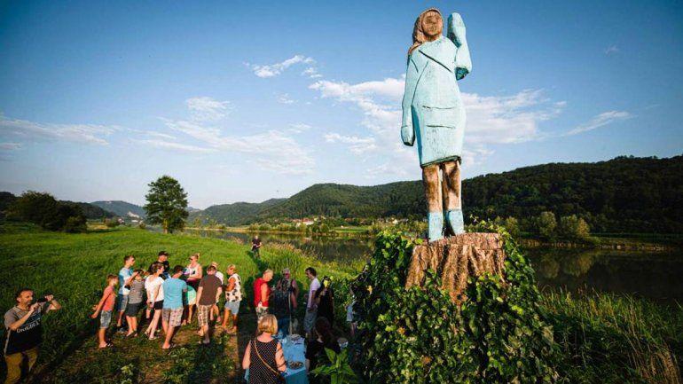 Una escultura de Melania Trump parece caricatura