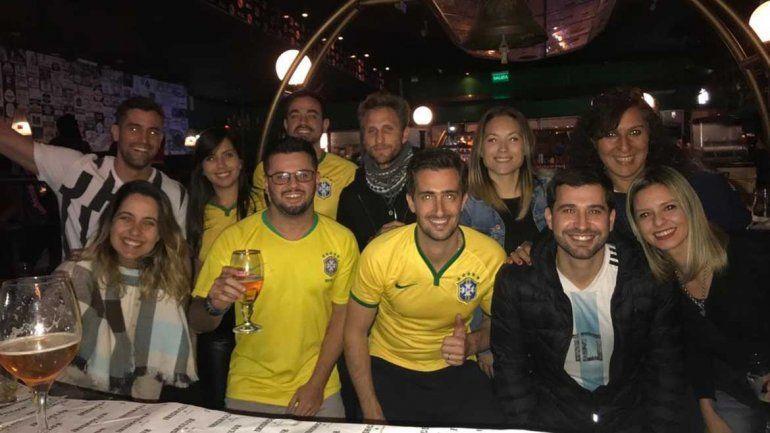 El loco y solitario festejo de cuatro brasileros en un bar neuquino