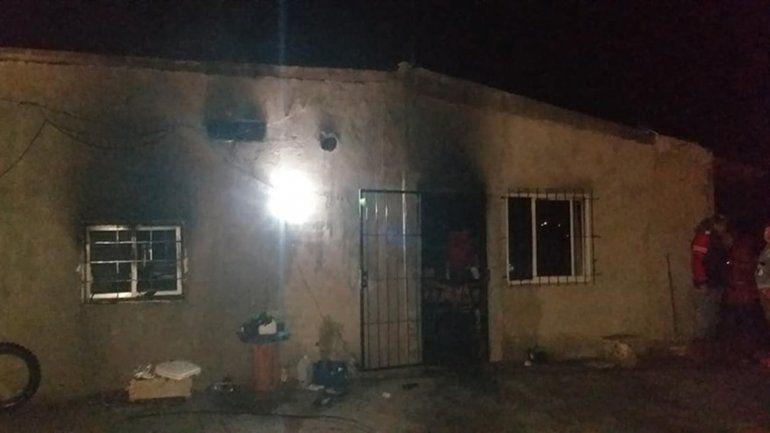 Una familia se quedó con lo puesto tras el incendio que destruyó su vivienda