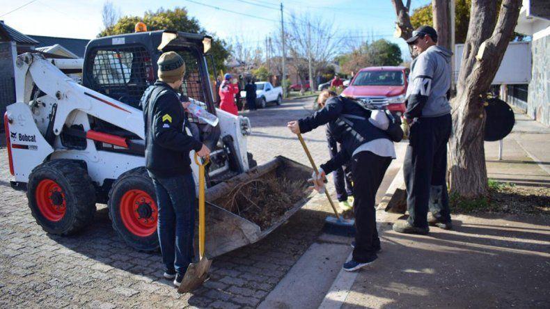 Peressini limpió y arregló calles junto con los vecinos