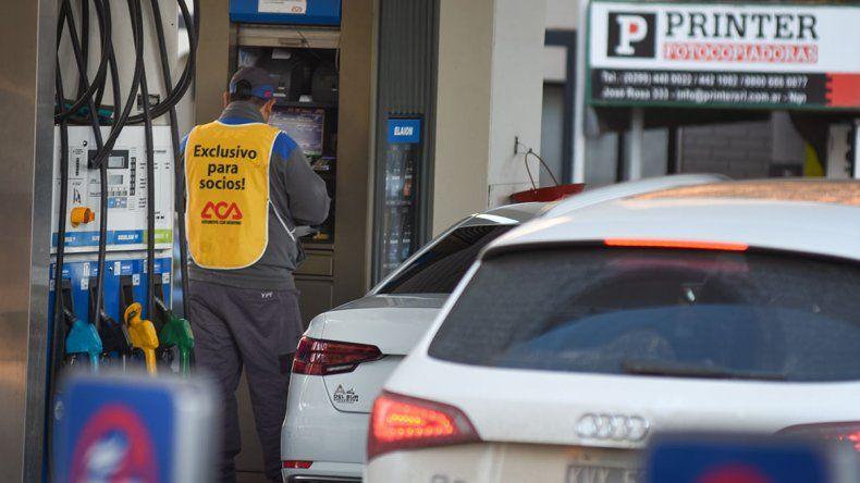 Por decreto, el Gobierno postergó la suba del impuesto de las naftas