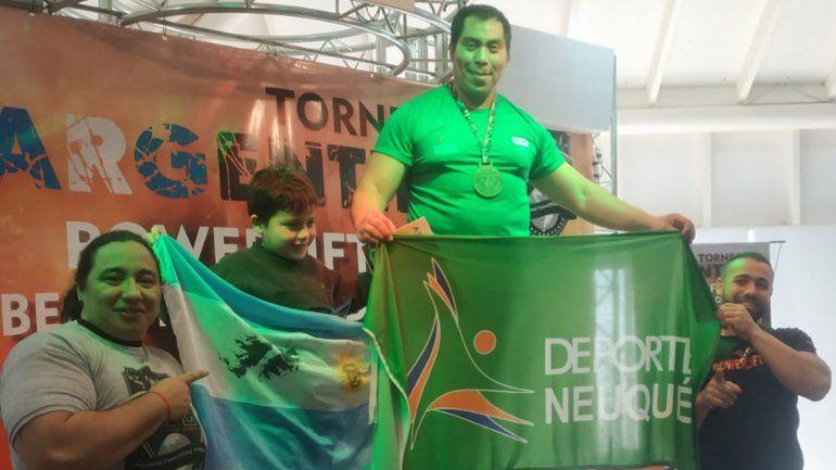 El portero neuquino que levantó 827,5 kilos, reina en el país y va por el tricampeonato mundial