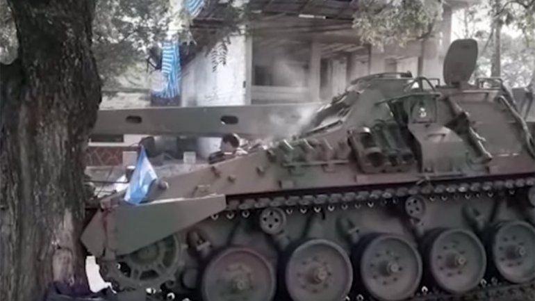 Tras el desfile por el 9 de Julio, un tanque se quedó sin frenos y chocó contra un árbol