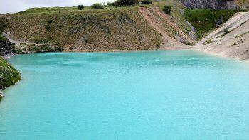 parece una laguna azul y es puro toxico
