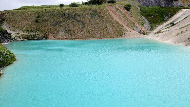 Parece una laguna azul y es puro tóxico