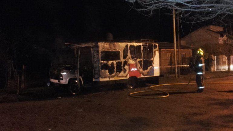 Un motorhome destruido tras la explosión de una garrafa en Canal V