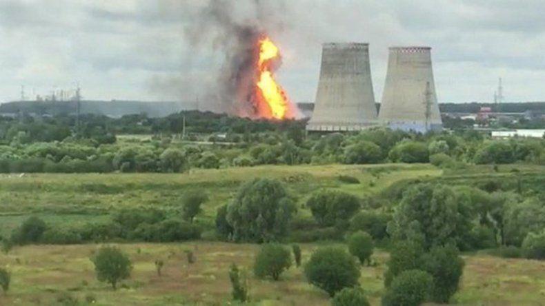 Un voraz incendio consume una central térmica en Moscú