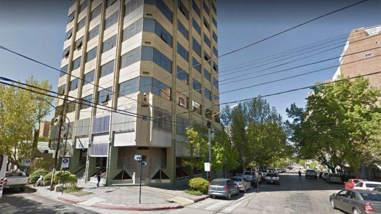 Una mujer con movilidad reducida denunció la falta de rampas de un edificio público