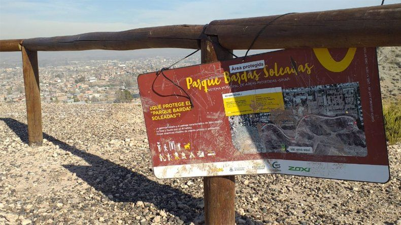 Destrozaron bancos y carteles en el circuito del Parque Bardas Soleadas