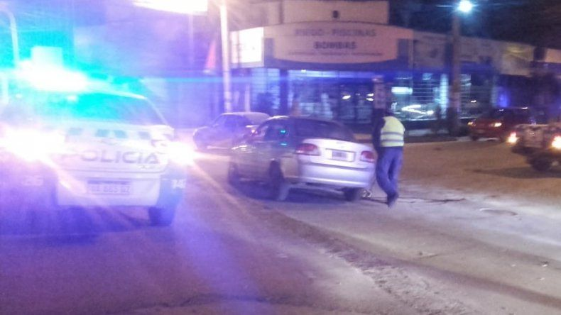 Policía borracho chocó a un taxi que terminó cayendo a la colectora