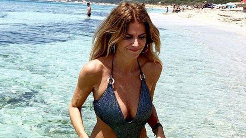 Flavia Palmiero llega a la mesaza luego de su desnudo