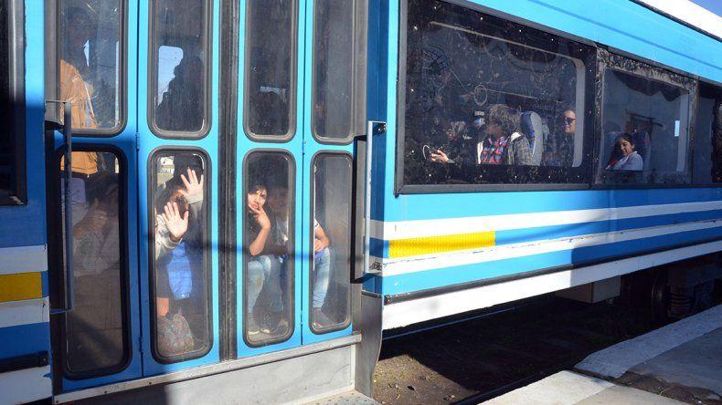 El paro de colectivos llenó los vagones del Tren del Valle