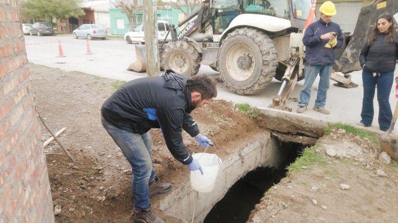 Tomaron muestras de agua en el canal Leguizamón
