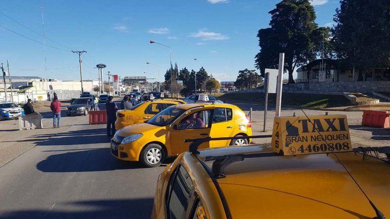 Fracasaron las negociaciones y los taxistas seguirán con los cortes