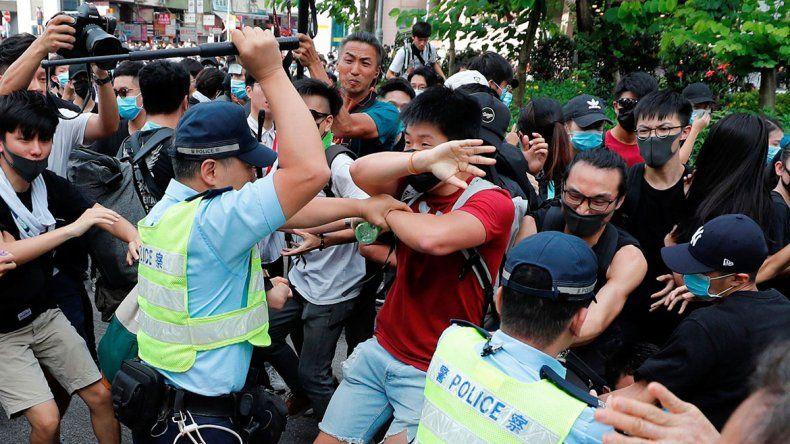 Hong Kong: miles de personas le protestan a China