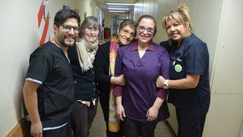 voluntarios que miman a los pacientes oncologicos