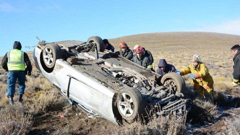 Quiso evitar un accidente y terminó volcando con su auto