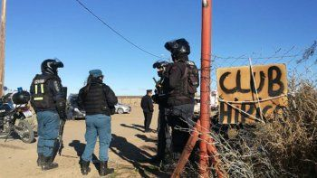 maltrato animal: 6 detenidos y el rescate de tres galgos al frustrar una carrera en plaza huincul