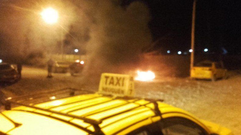 Taxistas bloquean Autobuses Neuquén y no hay colectivos