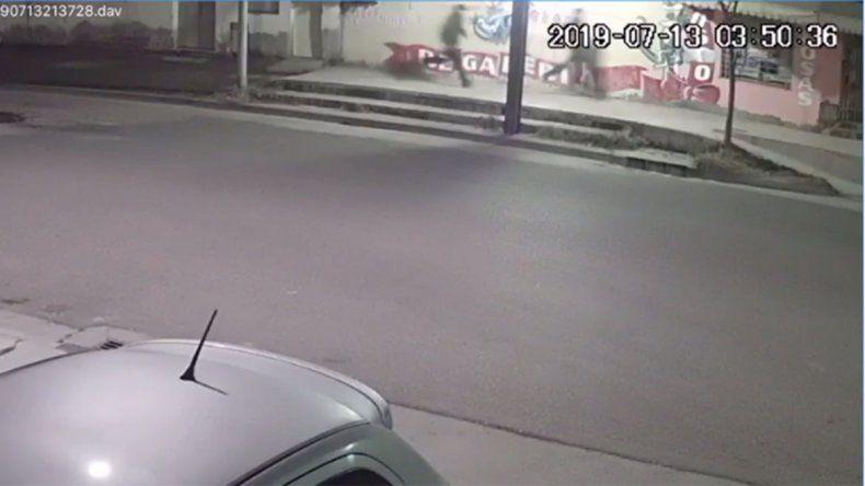 Video: así atacaron y escaparon los ladrones que balearon al tachero en el barrio Villa María