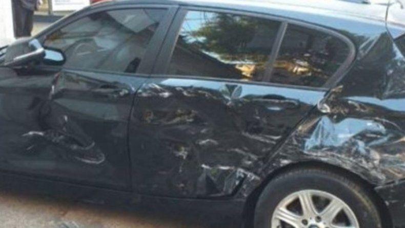 Encontró a su novio con una mujer y le destrozó el auto