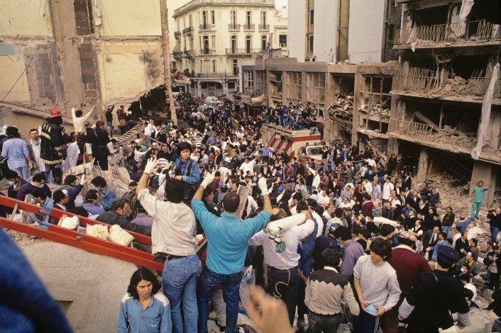 Personas en la Asociación Mutual Israelita Argentina (AMIA) luego de que un camión cargado de explosivos estallara en el edificio en Buenos aires, Argentina. 18 de julio de 1994. Imagen entregada por