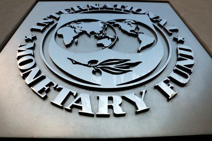 Imagen de archivo del logo del Fondo Monetario Internacional en la sede del organismo en Washington