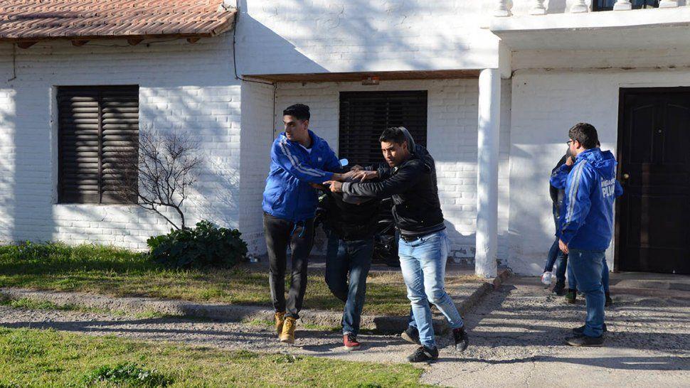 Dos demorados en un nuevo allanamiento por el caso del taxista baleado