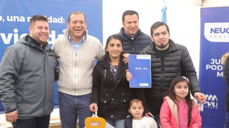 Gutiérrez entregó 25 viviendas e inauguró un SUM en El Huecú