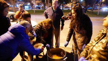 repartieron mas de 100 platos a personas en situacion de calle