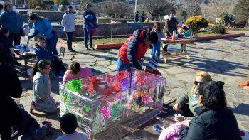 con pinturas, los ninos imaginan una ciudad para jugar
