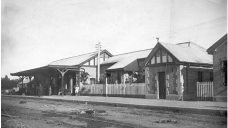 Una pintura neuquina: cómo era la llegada del tren en 1930