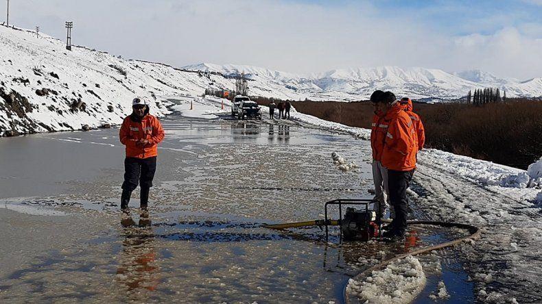 La nieve convirtió una ruta en una pista congelada cerca de Junín de los Andes