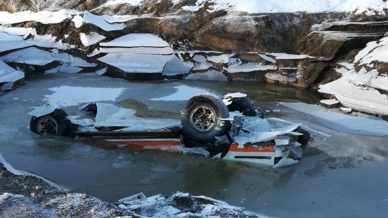 Rescataron la camioneta hundida en un pozón congelado de la Ruta 61: el conductor se salvó de milagro
