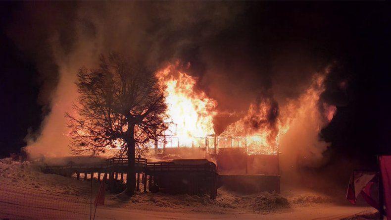 Un voraz incendio consumió por completo el parador Antulauquen del Cerro Chapelco