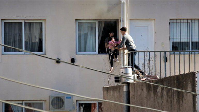 Máxima tensión: joven trepó para rescatar a una mujer y su beba de un departamento que se incendiaba