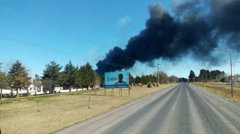 Se incendiaron tachos de combustible y el humo negro invadió El Chañar