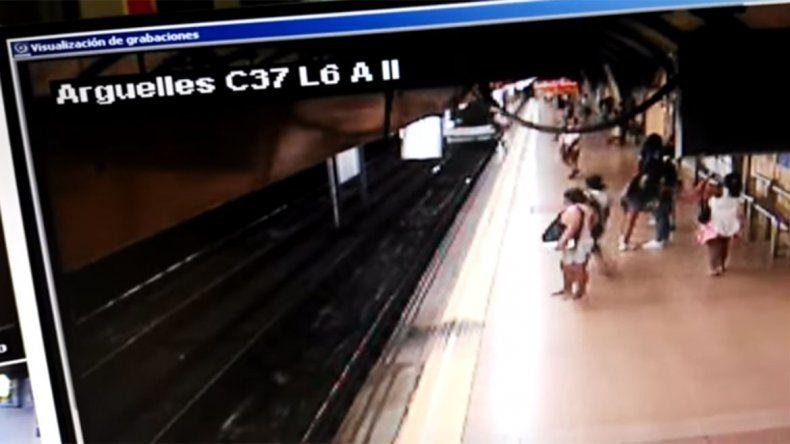 Milagro en el subte: lo empujaron a las vías del tren y se salvó